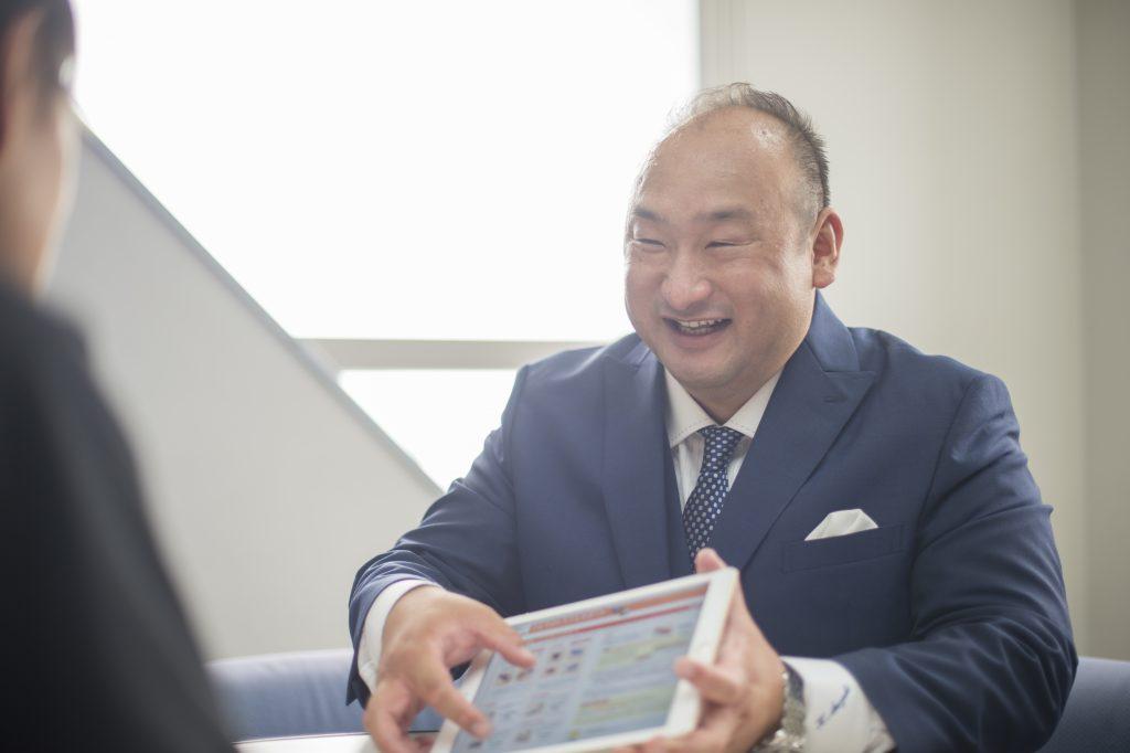 お客様とお話する鈴木代表